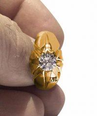 A-1062 انگشتر طلا با برلیان سفید و پاک و بی همتا و تراشی بینظیر به وزن ١ قیرات و ١٠ سوت