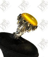 انگشتر عقیق زرد بینهایت ابدار و با اصالت با تلالویی دلنشین با پایه فدیوم دست ساز