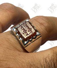 A-1056 انگشتر عقیق خطی کهنه با خط زیبا سبک عربی باستان معنی ذکر خونم فدای خون حسین و پایه نقره مدل ۴ گوش ساده