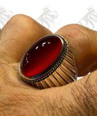 انگشتر عقیق سرخ یمنی کهنه بسیار ابدار و خوش طبع و رنگ و پایه فدیوم مدل شیاری بسیار منظم و دقیق