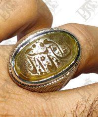 انگشتر عقیق کهنه یمنی با خط زیبا و بی نقص ذکر یا امام حسین و پایه نقره تماما دست ساز مدل حصیری