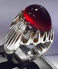 انگشتر عقیق سرخ یمنی استثنایی بسیار کهنه طوقدار کلاهدار با تیغ چشم نواز بهترین رنگ با پایه فدیوم مدل ۴اشک A-629