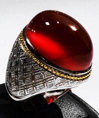 انگشتر عقیق سرخ یمنی کهنه درشت و طوقدار با پایه فدیوم و گوارسه های طلا مدل رولکسی A-558