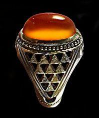 انگشتر عقیق یمنی پرتقالی کهنه لامپی و کلاهدار با پایه فدیوم تمام شبکه استاد حاج اسماعیل نقره سازان A-466 (فروخته شد)