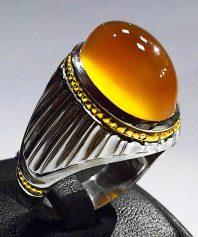 انگشتر عقیق زرد یمنی کهنه بسیار آبدار و طوقدار ابردار با پایه فدیوم مدل شیاری A-608