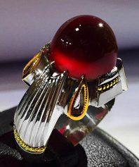 A-674 انگشتر عقیق سرخ یمنی طوقدار کلاهدار بسیار آبدار با پایه فدیوم مدل چهار اشک طلا