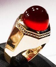 انگشتر عقیق سرخ یمنی کهنه بینهایت آبدار و طوقدار با پایه تمام طلا ١٨عیار مدل ٨ ضلعی A-610