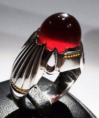 انگشتر عقیق سرخ یمنی کهنه طوقدار و آبدار و بسیار خوش طبع بهترین رنگ با پایه فدیوم مدل ۴ اشک و گوارسه های طلا A-582 (فروخته شد)