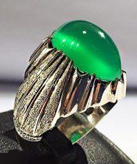 a-11 انگشتر عقیق سبز کهنه بسیار آبدار طوقدار صد در صد طبیعی با پایه فدیوم مدل چنگی