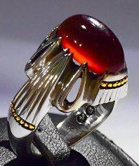 انگشتر عقیق سرخ یمنی کهنه آبدار و طوقدار و لامپی بسیار خوش طبع با پایه فدیوم مدل ۴ اشک A-599