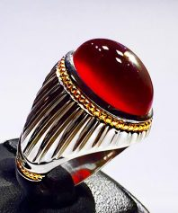 انگشتر عقیق سرخ آلبالویی طوقدار و کلاهدار و آبدار با پایه فدیوم مدل شیاری و گوارسه های طلا A-506 (فروخته شد)