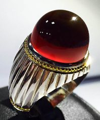 A-663 انگشتر عقیق سرخ یمنی آبدار کلاهدار با پایه فدیوم مدل شیار و گوارسه های طلا