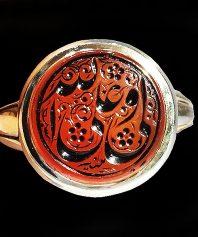 انگشتر عقیق سرخ یمنی کهنه با ذکر زیبای علی ولی الله اثر بی نظیر استاد مبین و پایه دست ساز استاد آذری A-445