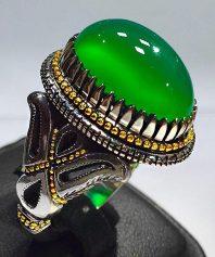 انگشتر عقیق سبز کهنه آبدار و طوقدار با پایه فدیوم مدل بسیار زیبا و گوارسه های طلا A-569