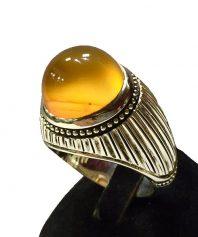 A-849 انگشتر عقیق زرد یمنی کهنه بسیار خوش طبع و رنگ
