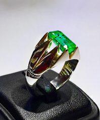 انگشتر زمرد بسیار زیبا و خوش اب و رنگ با پایه فدیوم مدل ۸چنگ Z-53