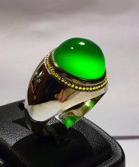 انگشتر عقیق سبز یمنی کهنه طوقدار بسیار خوش آب و رنگ با پایه فدیوم مدل عرب بی نقص A-359