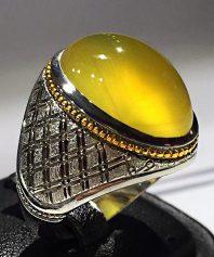 A-668 انگشتر عقیق زرد یمنی کهنه رگه دار بسیار آبدار با پایه فدیوم مدل رولکسی