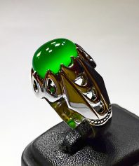 انگشتر عقیق سبز یمنی کهنه و بسیار خوش آب و رنگ با پایه فدیوم نقره سازان A-400 فروخته شد