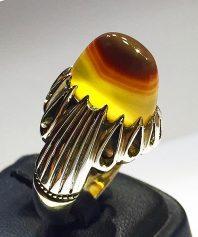 انگشتر عقیق زرد یمنی سه پوست کهنه بسیار آبدار لامپی با پایه فدیوم مدل اشکی A-488