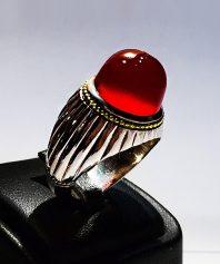 انگشتر عقیق سرخ یمنی طوقدار کهنه با پایه فدیوم مدل شیاری و گوارسه های طلا A-403 فروخته شد