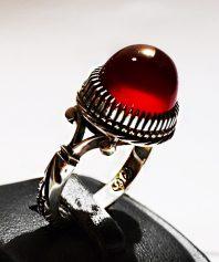 انگشتر عقیق سرخ یمنی طوقدار کهنه با پایه ریز دندان مدل جواهر بسیار دقیق و منظم A-392